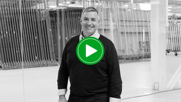 觀看艾諾拉的Richard如何推動業務向前發展。
